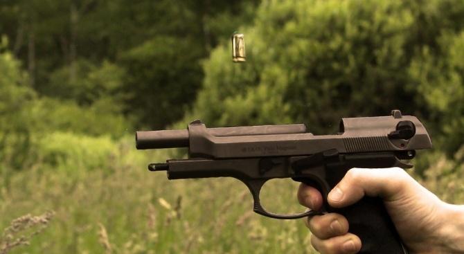 Мъж е задържан за стрелба с пистолет при скандал в