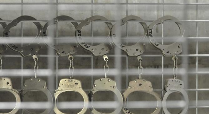 Белезници за криминално проявен, участвал в телефонна измама