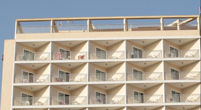 Снимка: Британски войник падна от балкон в полски хотел и загина