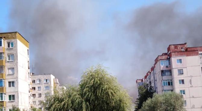 Шест коли на пожарната гасят пожар на отпадъци до ромския