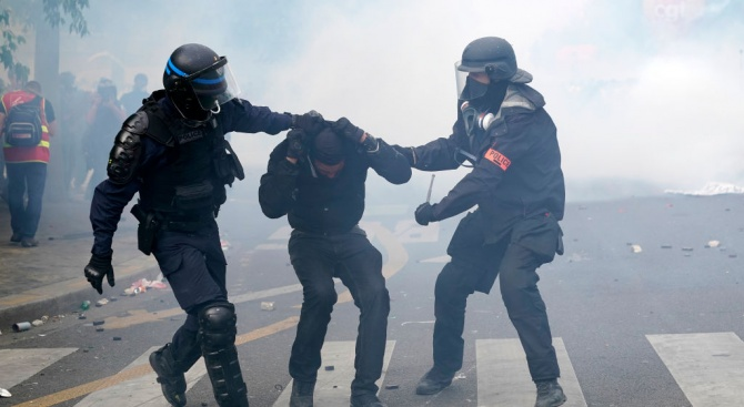 Седемнадесет души бяха арестувани, а четирима полицаи пострадаха леко снощи