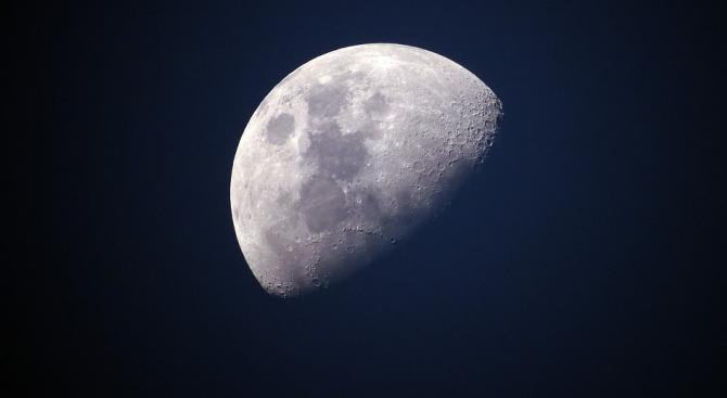 """Космическият апарат """"Чандраян-2""""изпрати снимка на Луната, направена от лунна орбита,"""
