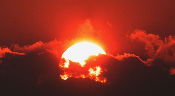 Времето ще е слънчево, около и след пладне - горещо.
