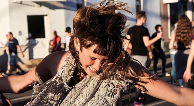 Хиляди граждани танцуваха днес по улиците на Берлин, придружени от