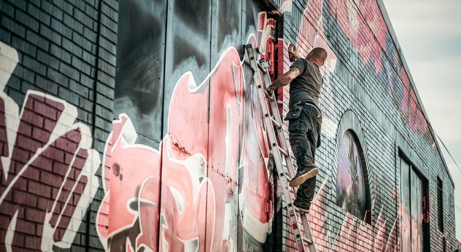 Екипи на Столичния инспекторат са почистили 18 места с графити в центъра на София