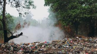 Пожар гори на старото сметище в Перник