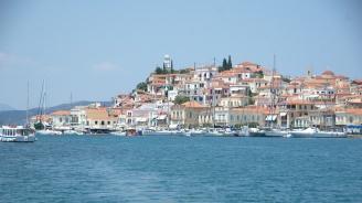 Туристите напускат гръцкия остров Порос