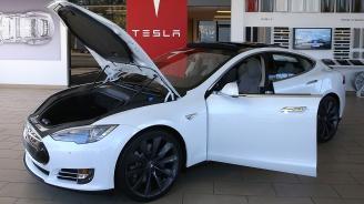 Мъже в бяло свиха кола Tesla за 30 секунди в Лондон
