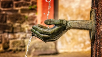 СЗО: Пластмасата в питейната вода не е вредна за здравето