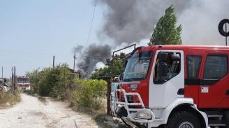 Голям пожар унищожи автокъща във Варна