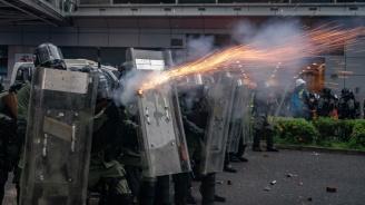 Полицията използва водно оръдие и сълзотворен газ срещу демонстранти в Хонконг
