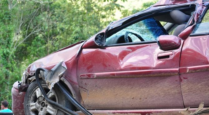 Двама души са пострадали при катастрофа на второкласен път 19