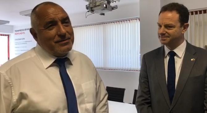 Премиерът Бойко Борисов отново управлява служебния джип, за да инспектира