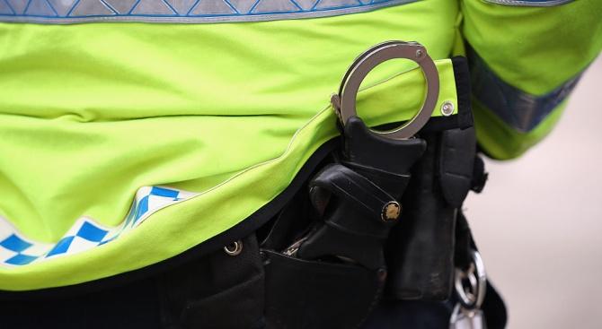 Пиян шофьор е задържан, след като нападнал полицейски служители с