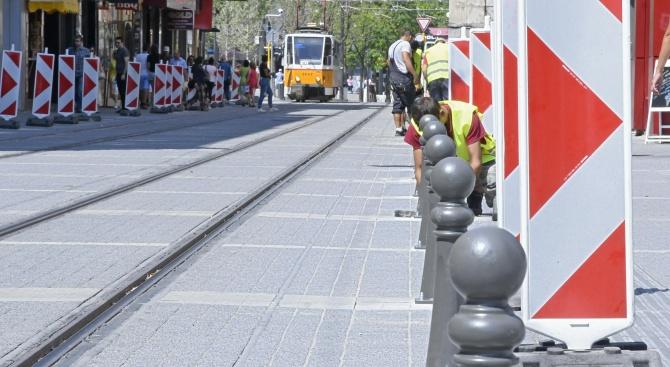 От днес започна монтажът новите ограничителни колчета по столичната улица
