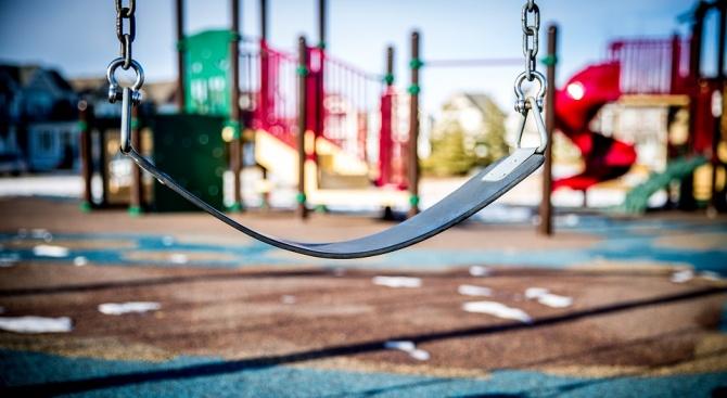 Продължава поетапното изграждане и оборудване на 8 нови детски площадки
