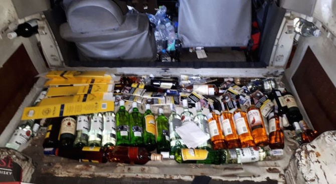 """Алкохол, скрит в двойното дъно на микробус, е задържан в района на ГКПП """"Кулата"""""""