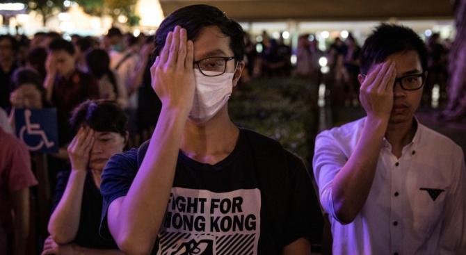 Хиляди хора излязоха днес по улиците в центъра на Хонконг