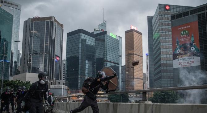 Запалената барикада в Хонконг е загасена