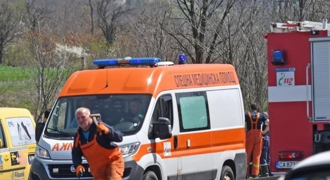 """Автобус блъсна и уби на място мъж пресичащ АМ """"Струма"""""""