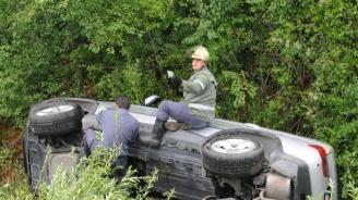 Шофьор се обърна в канавка с колата си
