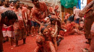 """Испанският град Буньол потъна в доматен сок за фестивала """"Томатина"""""""