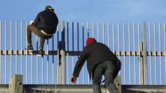 Около 100 имигранти прескочиха оградата на испански африкански анклав