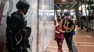 Поредна нощ на сблъсъци между полиция и маскирани протестиращи в Хонконг