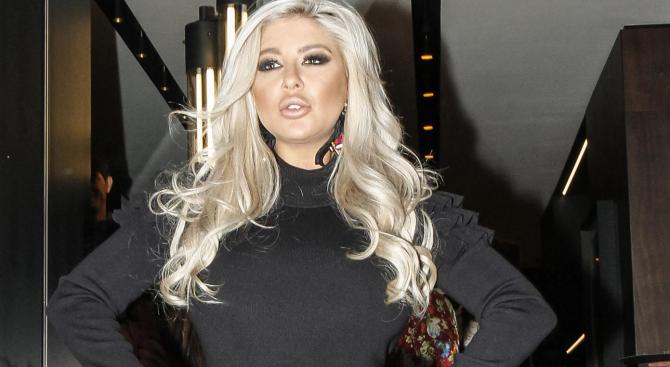 Фолк певицата Андреа е известна като кралицата на фотошопа, но