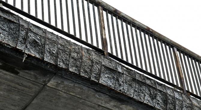"""Парче бетон се откърти от мост на АМ """"Тракия"""" и падна върху кола"""