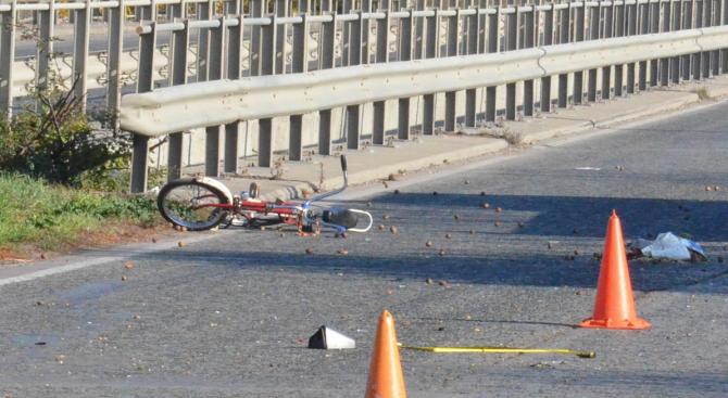 Кола помете велосипедист в Димитровград