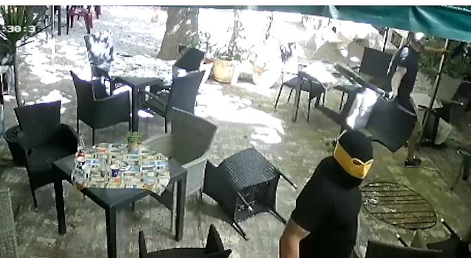 Група маскирани мъже потрошиха заведение в Пловдив