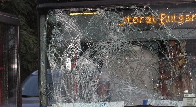 51-годишен мъж внезапно е изскочил пред двуетажен автобус превозващ румънски