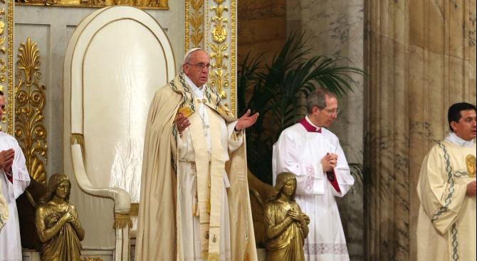 Снимка: Папата осъди клановата култура на привилегии и корупция при визитата си в Мадагаскар
