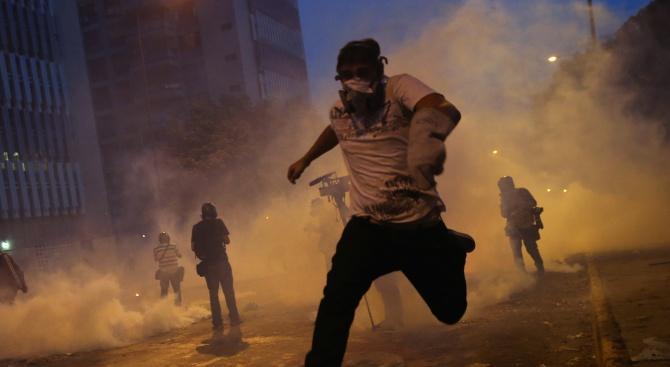 Полицията в Хонконг използва сълзотворен газ и стреля с гумени