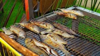 Жена съди съседи заради аромати на печена риба, цигарен дим и шумни деца