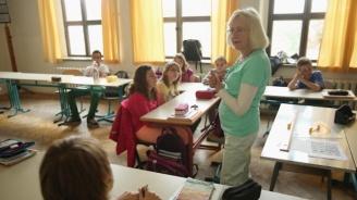 Работата на учителите и училищните директори често надвишава нормата от 40 часа