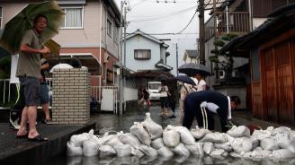 Тайфун доведе до отмяна на полети и спиране на тока в Южна Корея