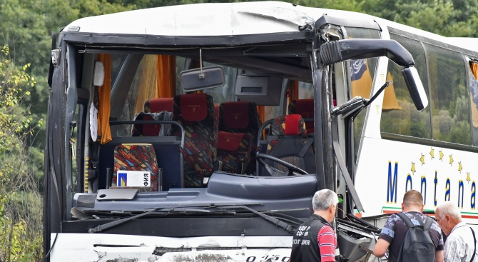 Осем души са в болница след катастрофата между автобус и