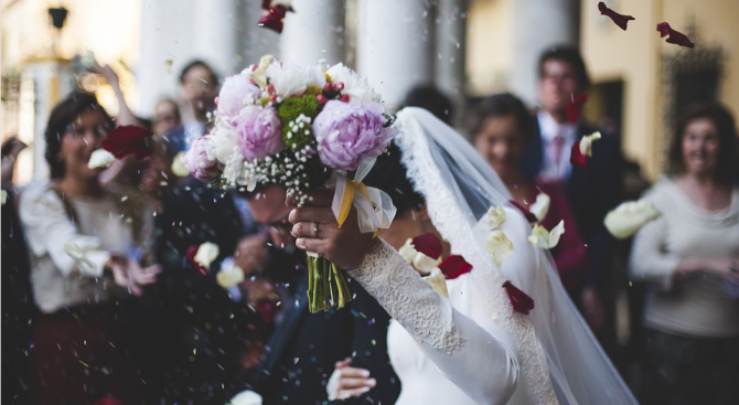 99 двойки сключиха брак на масова церемония в китайски храм