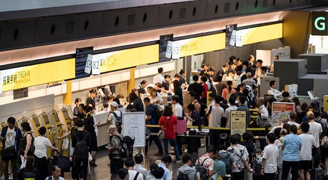 """Тайфун блокира 17 000 души с часове в токийското летище """"Нарита"""""""