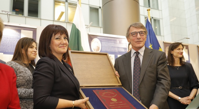 Караянчева подари копие на Търновската конституция на председателя на ЕП Давид Сасоли