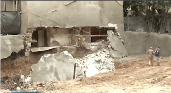 Багер подкопа основите на сграда в Бургас, евакуираха дядо