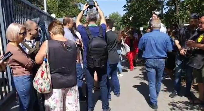 Десетки журналисти от много български медии се събраха на протест