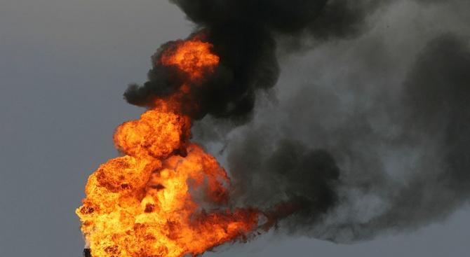 Голям пожар избухна преди зазоряване днес в огромен нефтопреработвателен комплекс