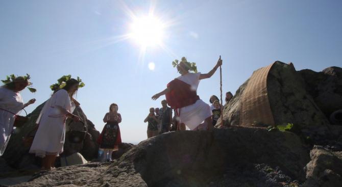 Тракийските ритуали гроздобер и изстискване на гроздето в скални шарапани