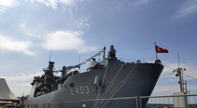 Голям турски боен кораб акостира във Варна