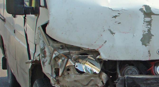 Пожарникари вадиха шофьор, забил се с бус в дърво