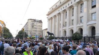 Протест и контрапротест за номинацията на Гешев в центъра на София събра стотици