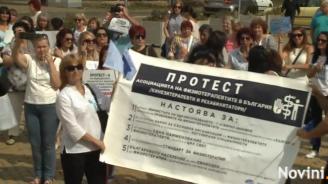 Медиците посрещат депутатите с палатков лагер